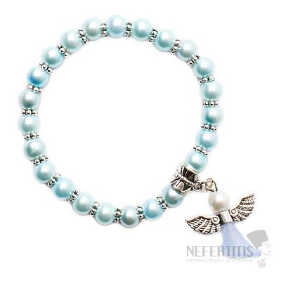 Dětský náramek ze světle modrých skleněných perliček s andělíčkem