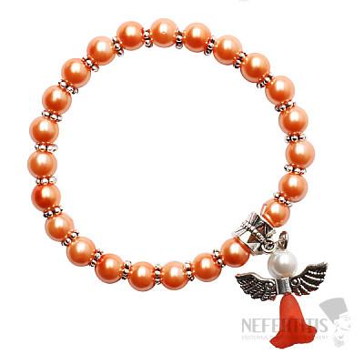 Dětský náramek ze světle oranžových skleněných perliček s andělíčkem